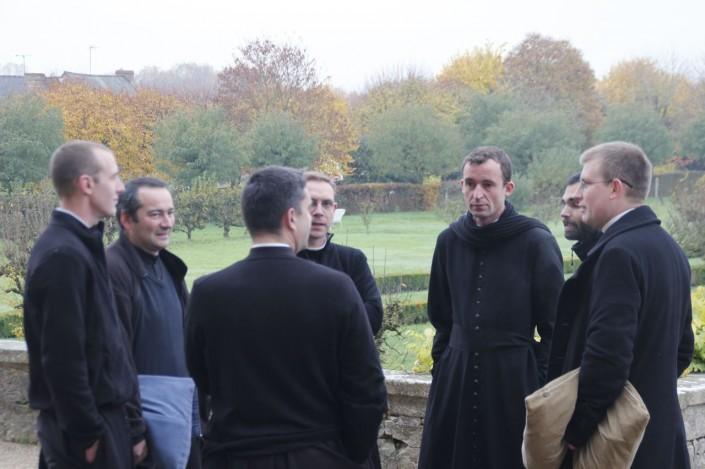 amicale discussion de prêtres