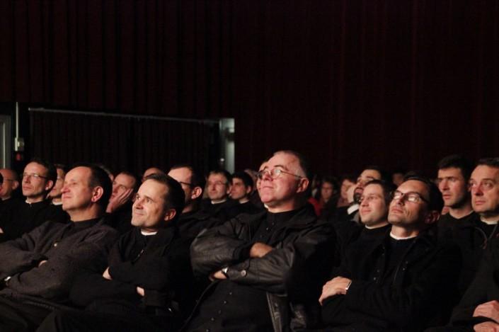 des prêtres en détente