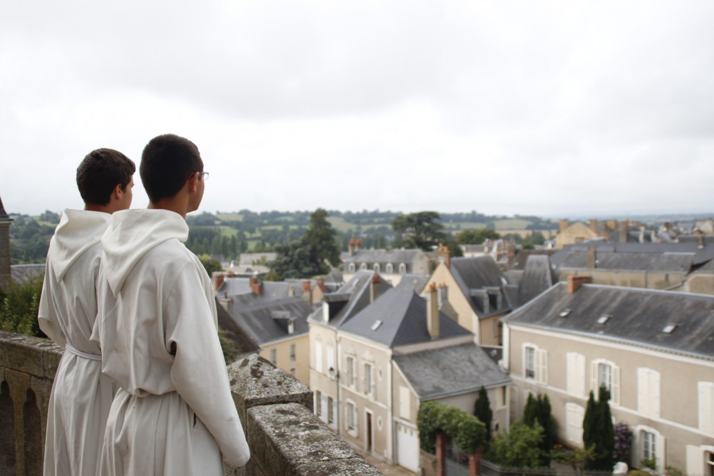 seminaristes et regard sur la ville